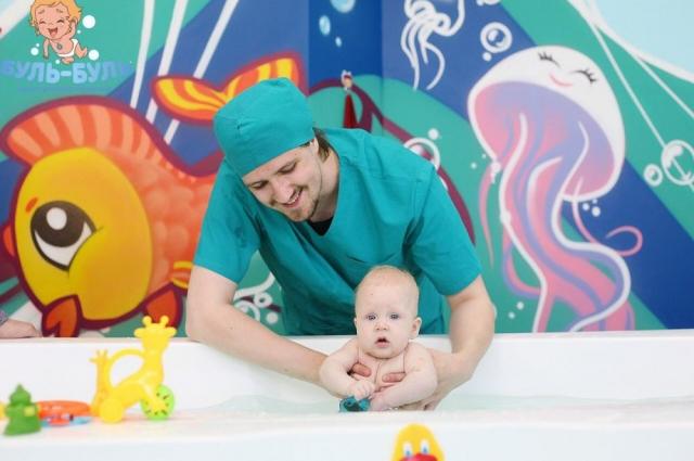 Перед плаванием малышам проводят гимнастику, упражнения на мячах и укрепляющий массаж.