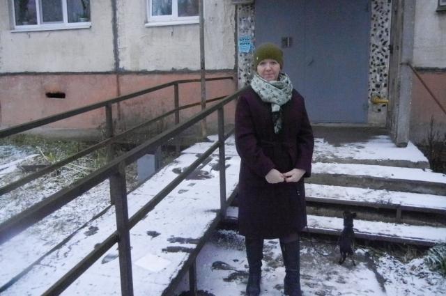 Любовь Харитонова уже несколько лет добивается того, чтобы УК сделала нормальный пандус.