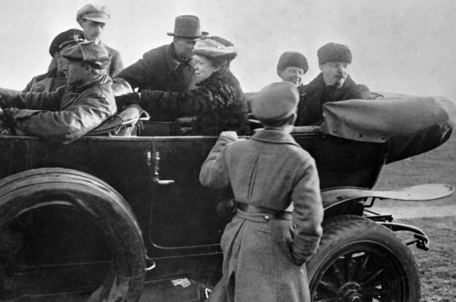 В. И. Ленин (справа), Н. К. Крупская, М. И. Ульянова уезжают с Ходынского поля после военного парада.