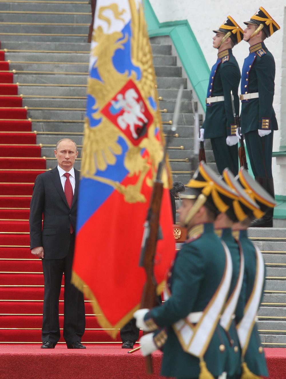 7 мая 2012. Президент РФ Владимир Путин принимает парад Президентского полка на Соборной площади Московского Кремля.