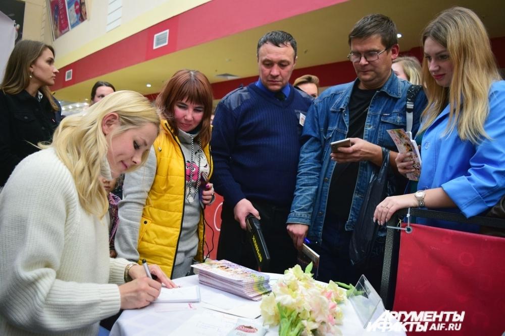Перед премьерным показом Зоя Бербер раздала автографы пермским зрителям и ответила на вопросы.