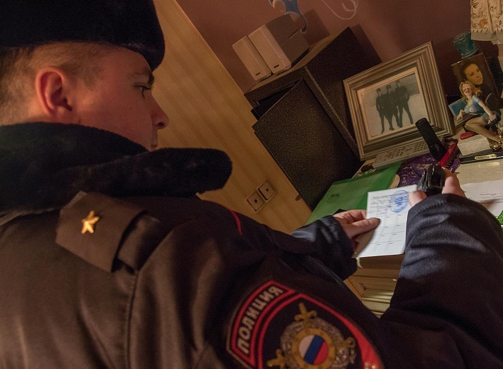 Сотрудники ЦЛРР проводят проверки условий хранения оружия у законных владельцев.
