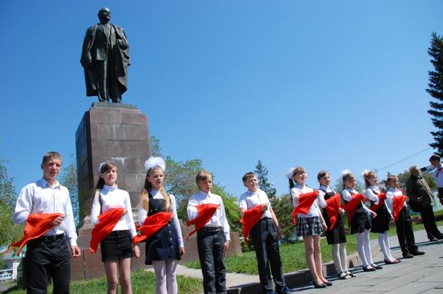 До сих пор на Ленинской горке принимают юных омичей в пионеры.