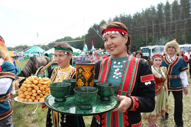 Чак-чак и кумыс - основные приветственные блюда на торжественных мероприятиях в Башкирии.