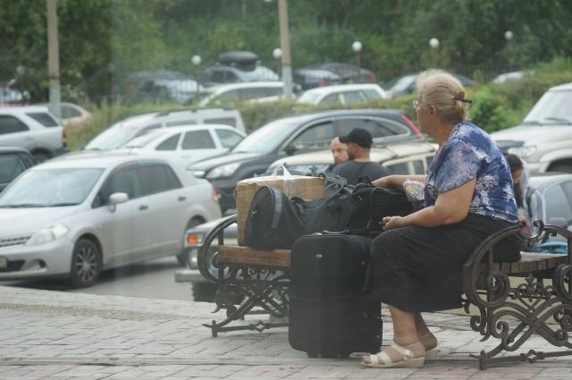 Люди бежали из города к родственникам или в пункты временного размещения.