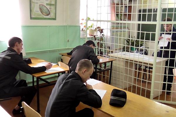 Учатся студенты в свободное от работы время. Во время лекции, написания курсовых, сдачи контрольных работ, итоговых зачётов и экзаменов за ними ведётся строгий контроль.