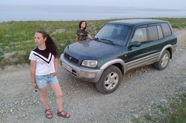 Путешественницы застряли на машине в грязи посреди тайги