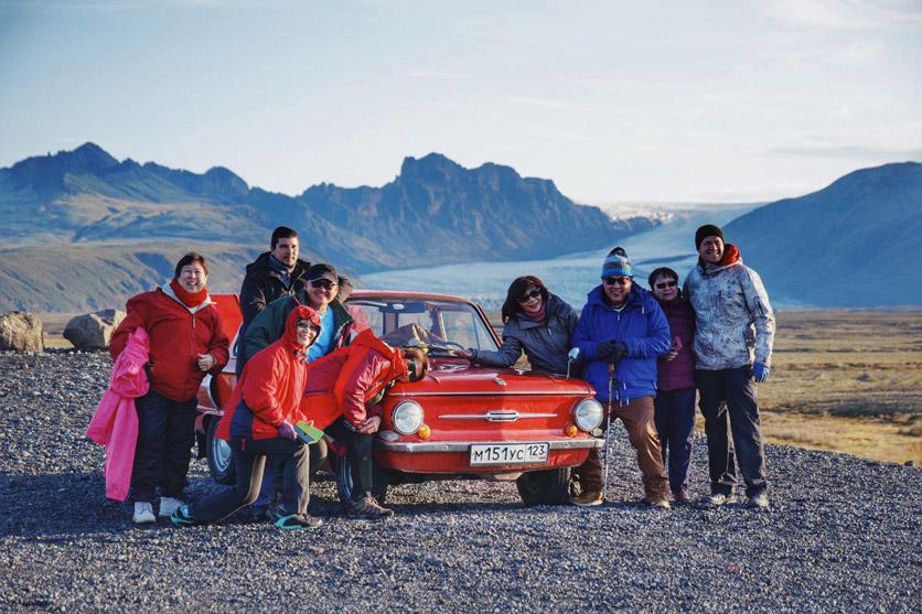 Нестандартная машина из России заинтересовала не только местное население, но и туристов.