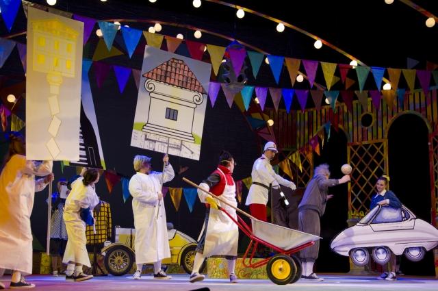 В спектакле много поют и танцуют.