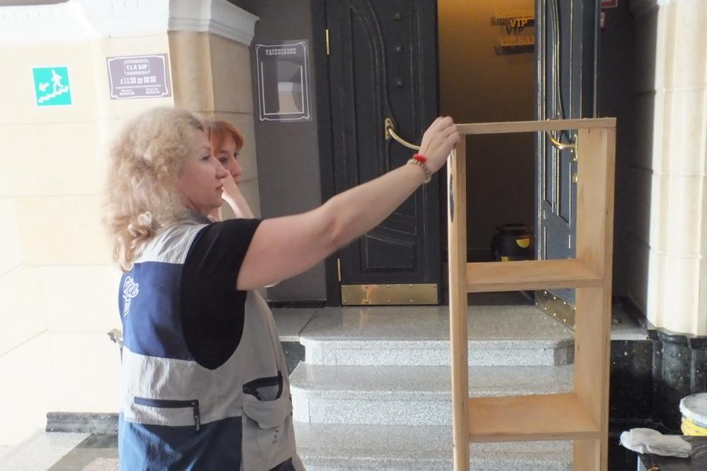 Директор кинотеатра «Уссури» Елена Дробина помогает приводить в порядок инвентарь.