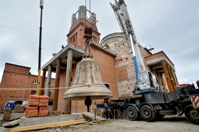 Подъём куполов на заново построенную колокольню – особая веха ввосстановлении храма.