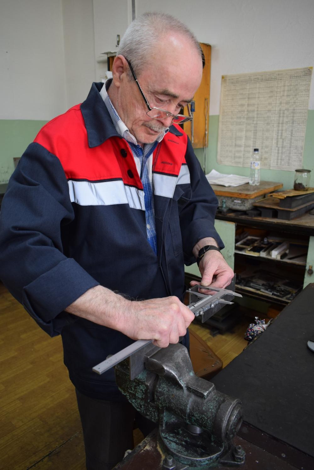 Владимир Коршунов 18 лет работает на Челябинском электровозоремонтном заводе.
