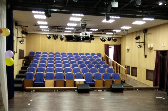 В зрительном зале 70 мест.