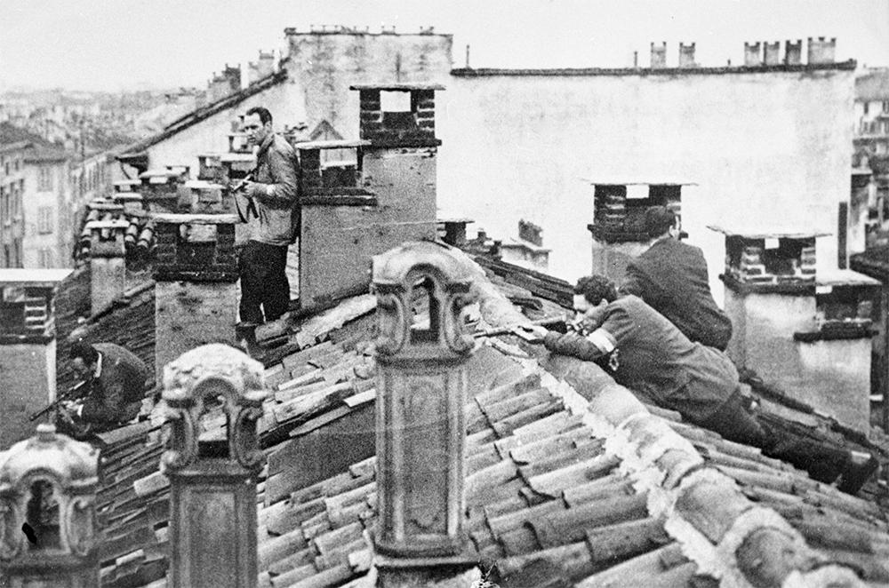 Бойцы отряда движения Сопротивления на крыше дома во время вооруженного восстания в Милане.