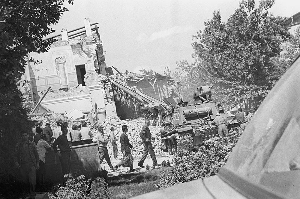 Землетрясение 1966 года в Ташкенте. На расчистке улиц от завалов работает танк - помощь военных.