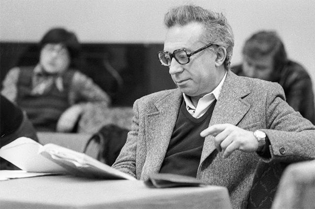 Режиссер Московского драматического театра на Малой Бронной Анатолий Эфрос во время репетиции. 1979 год.