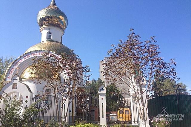 У этого храма на казачьем подворье на митинг собирался народ