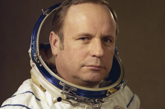 Командир космического корабля «Союз-24» летчик-космонавт СССР, Герой Советского Союза, полковник Виктор Горбатко. 1977 год.
