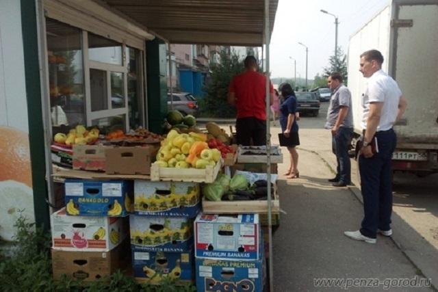Приобретая фрукты на стихийных рынках, покупатели сильно рискуют.