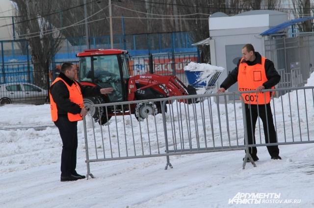 Лишь к вечеру на территории «Олимп-2» появился снегоуборочный трактор.