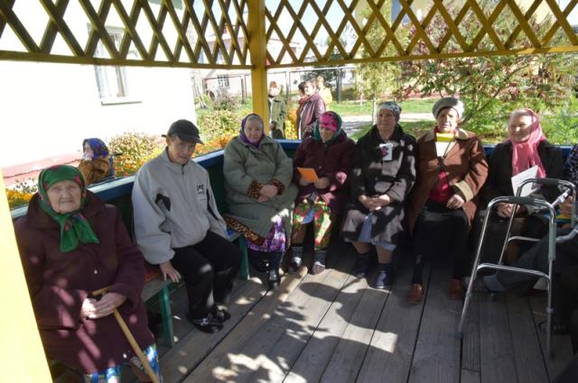 Пожилым людям из дома-интерната подарили мягкую мебель.