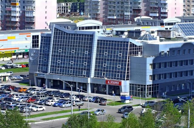 Сегодня в городе очень много торговых центров и еще больше машин.