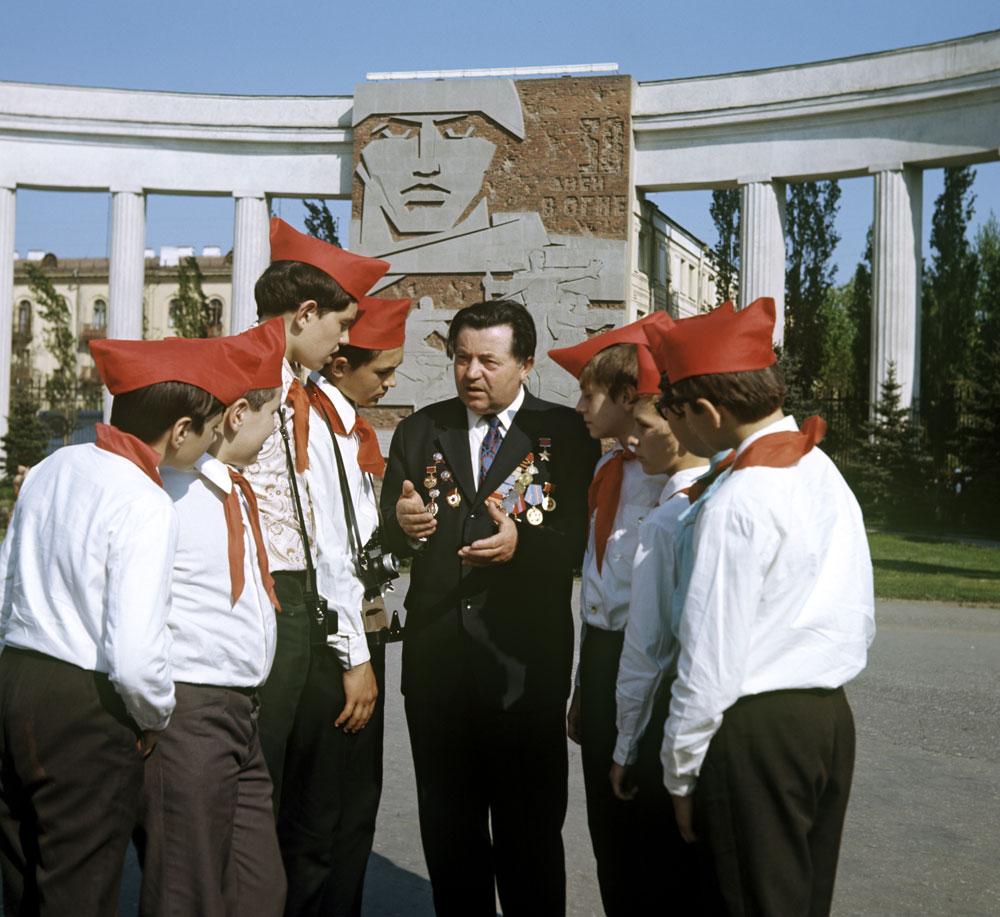 Сержант Яков Павлов, Герой Советского Союза, защитник Сталинграда, беседует спионерами.