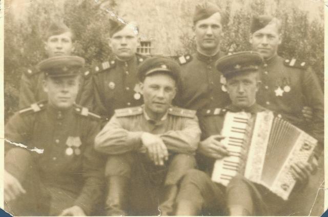 В 1944 году Юрий Попов переучился на танкиста и на самоходной установке проехал всю Германию.