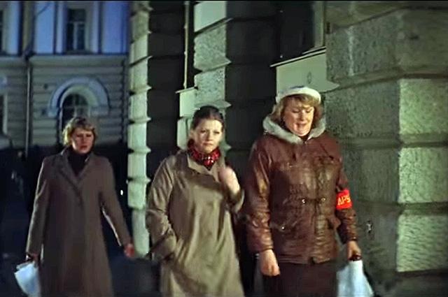 Женская народная дружина шагает по улице Жолтовского.