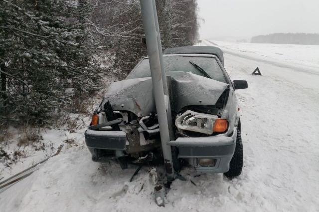 ВАЗ съехал с проезжей части и врезался в дорожный знак.