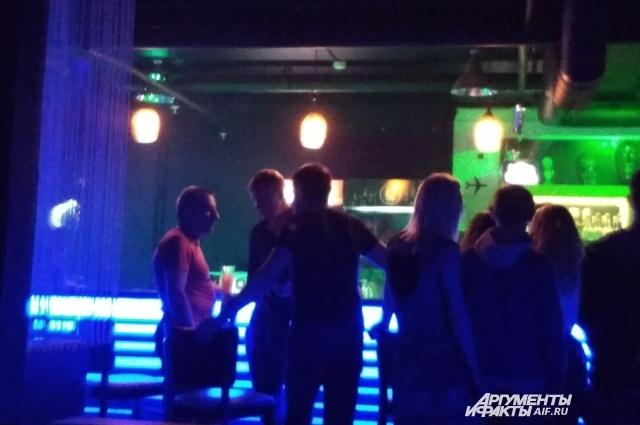 Гости клуба толпятся у бара