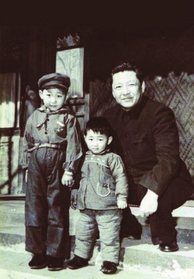 Си Цзиньпин (слева)с отцом и братом, 1958 г.