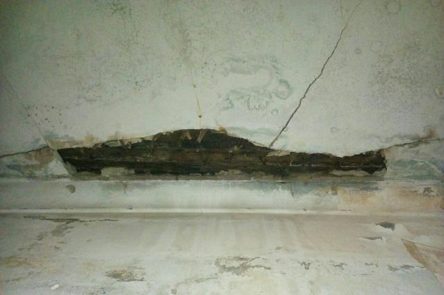 Сейчас уже идёт трещина по потолку в соседней комнате.