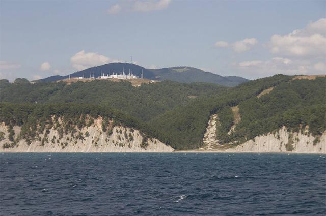 Трубопровод «Голубой поток». Компрессорная станция «Береговая», вид с моря. Видна просека, в которой находится закопанный газопровод