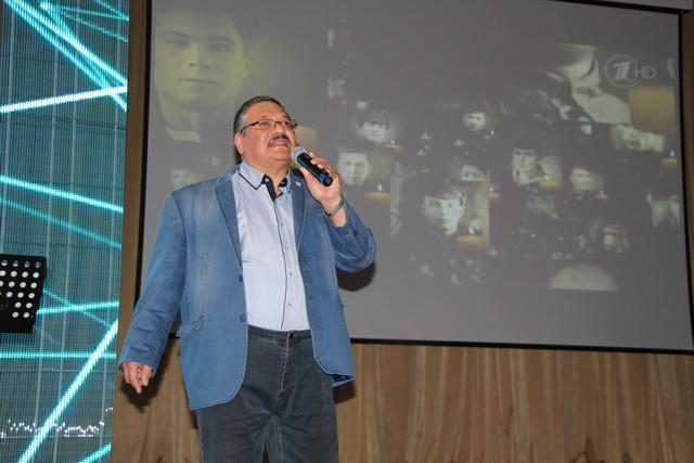 Анатолий Хактинович поёт всю жизнь.