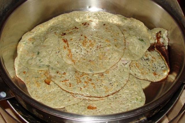 В досы можно завернуть любую сытную начинку - например, картофельное пюре.