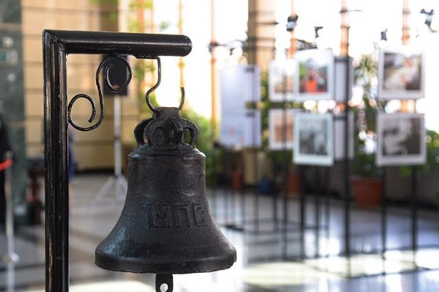 Старинный сигнальный колокол, удар по которому означал прибытие или отправку поезда в начале и середине ХХ века.
