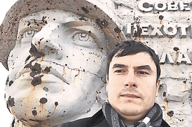 Мемориальный комплекс на кургане Саур-Могила в Шахтёрском районе Донецкой области, возведённый в память о кровопролитных сражениях за эту высоту в 1943 г., серьёзно пострадал в 2014 г. в ходе боёв сторонников ДНР с ВСУ Украины.