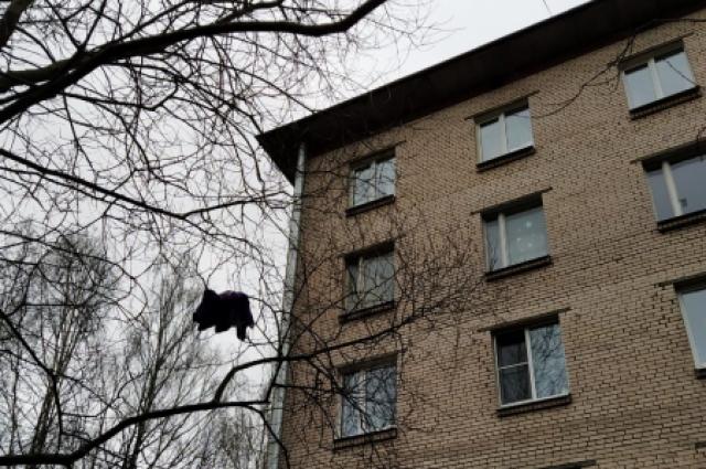 Женщина едва не выкинула маленькую дочь пятого этажа.