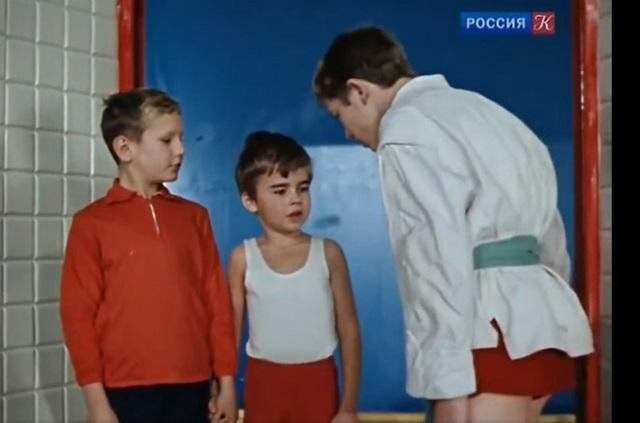 Валентин Иванов (в центре) в роли нашкодившего мальчика в фильме «Семь стариков и одна девушка».