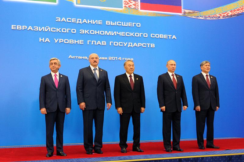 Серж Саргсян, Александр Лукашенко, Нурсултан Назарбаев, Владимир Путин и Алмазбек Атамбаев во время церемонии совместного фотографирования перед началом очередного заседания Высшего Евразийского экономического совета