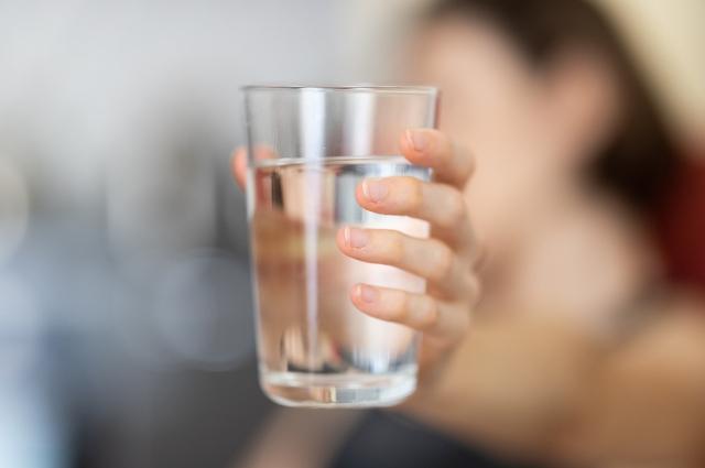 Обыкновенная вода - лучший способ утолить жажду.