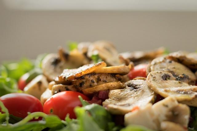 Салат с грибами станет настоящим украшением стола.
