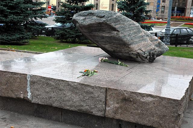 Памятник жертвам политических репрессий в СССР: камень с территории Соловецкого лагеря особого назначения, установленный на Лубянской площади в День памяти жертв политических репрессий, 30 октября 1990 г. Фото 2006 г.