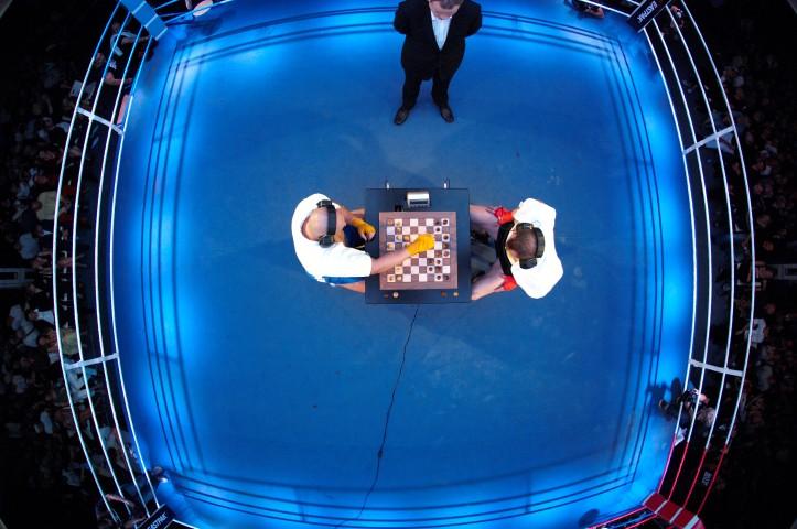 Игра в быстрые шахматы проходит на стандартном боксёрском ринге
