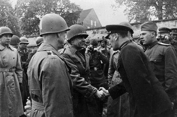 Гвардии генерал-майор Бакланов здоровается с начальником штаба 1-й американской армии генерал-майором Кином во время встречи с союзными войсками на берегу Эльбы в 1945 году