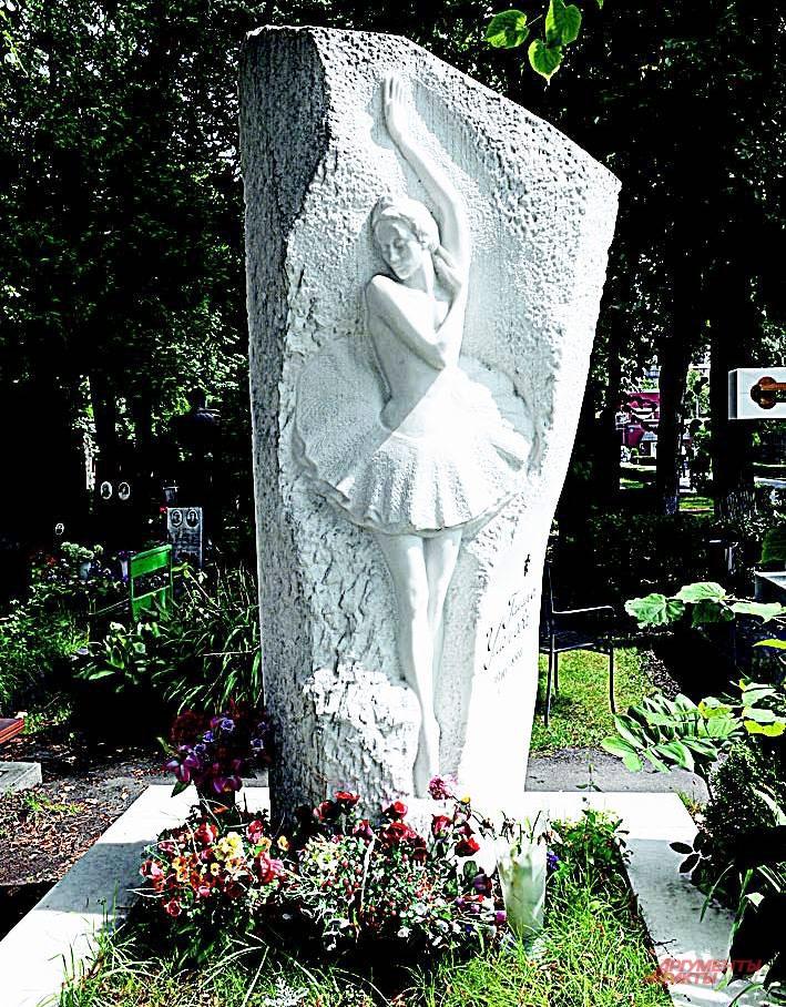 Теперь памятник Улановой такой же белый, как её лебедь