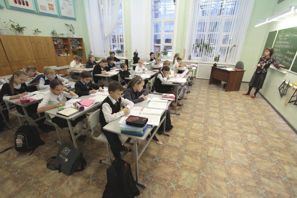 Простым учителям приходится пахать, чтобы дотянуть до средней зарплаты.