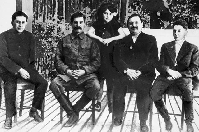 Иосиф Сталин (2 справа) с детьми Василием (слева), Светланой (стоит) и Яковом (справа), второй справа - Андрей Жданов.