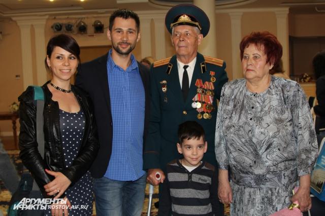 пару Ростовчан Некрасовых Ивана Федоровича и Валентину Трофимовну приехали поздравить родственники.